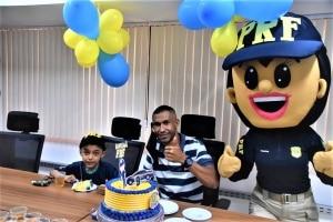 Garoto fã da PRF ganha festa surpresa em seu aniversário